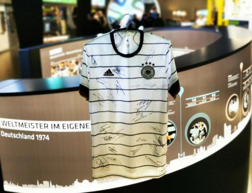 Das Deutsche Fußballmuseum versteigert ein signiertes Trikot der deutschen Fußball-Nationalmannschaft zugunsten der Stiftung Kinderglück