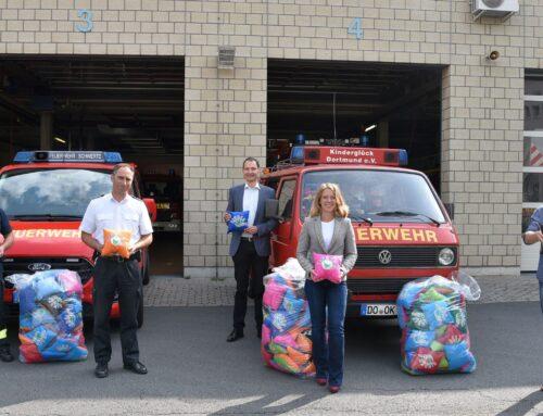 Wasserwerke Westfalen und Stiftung Kinderglück versorgen Feuerwehr Schwerte mit Kinderglück-Kissen