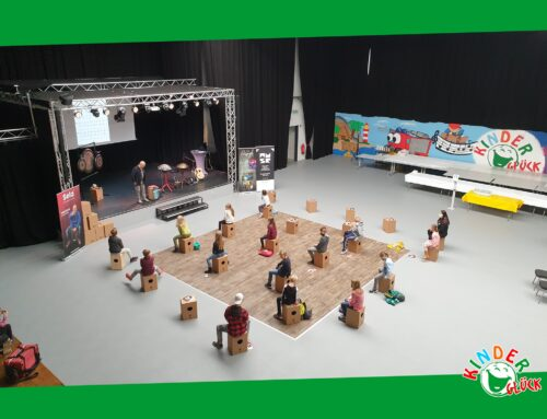 Cajon-Workshop mit 18 Kindern in der Kinderglück-Halle